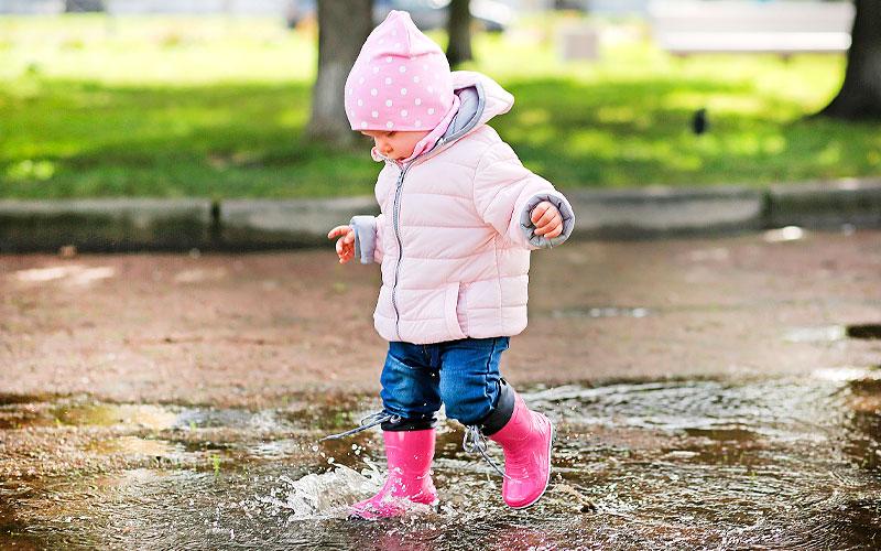 Kind spielt in der Pfütze