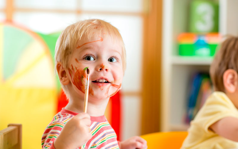 Kind beim Malen, Kita Altusried
